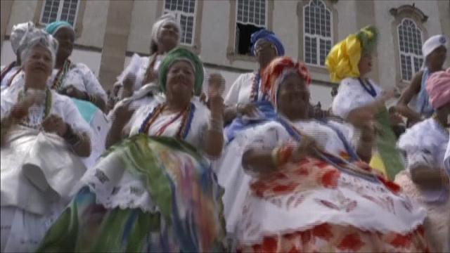 Rio 2016, la torcia olimpica arriva a Bahia: sfilate e balli in strada