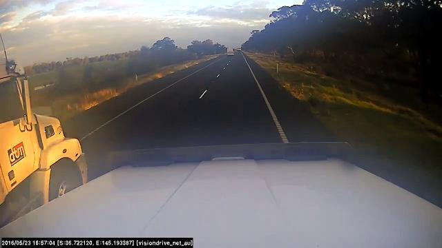 Australia, due camion bloccano la strada: il sorpasso dell'auto finisce male