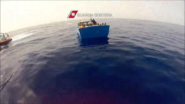 Nave Dattilo salva 321 migranti e immagini incastrano scafista sudanese