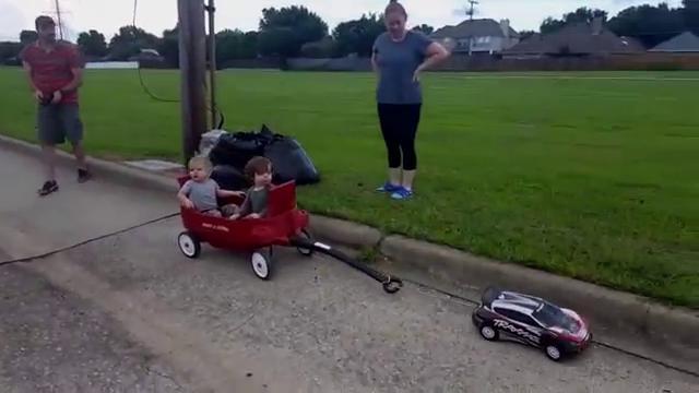 Usa, il papà più pigro del mondo: porta a spasso i figli senza il minimo sforzo