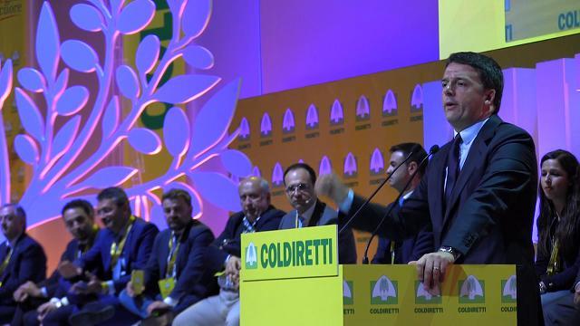 """Renzi: """"In Italia troppi politici. Aiutatemi nella battaglia, da solo non ce la faccio"""""""