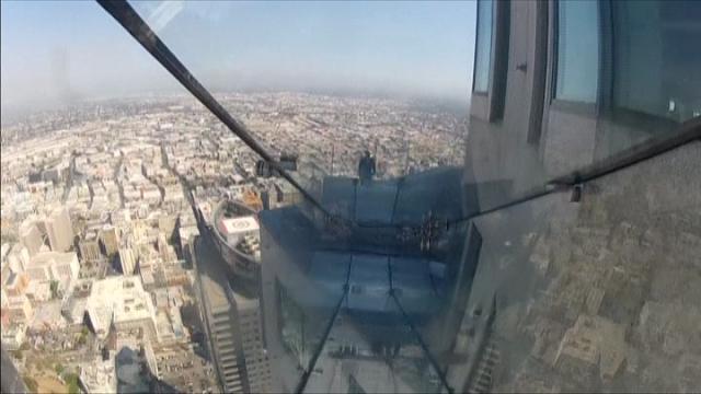 Los Angeles, brividi nel vuoto: lo scivolo è sul grattacielo