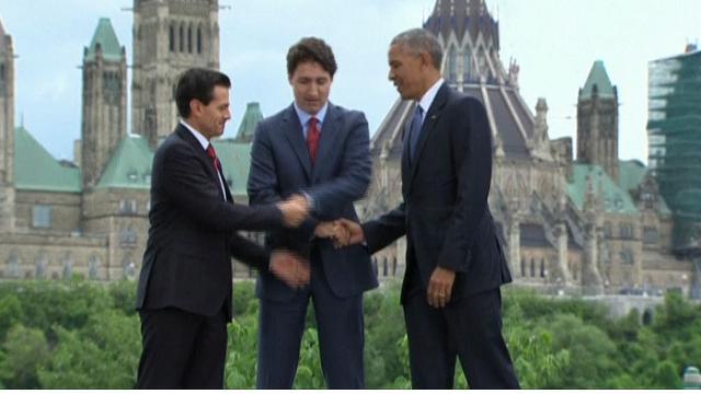 Vertice tra Obama,Trudeau e Nieto: la stretta di mano a tre è comica