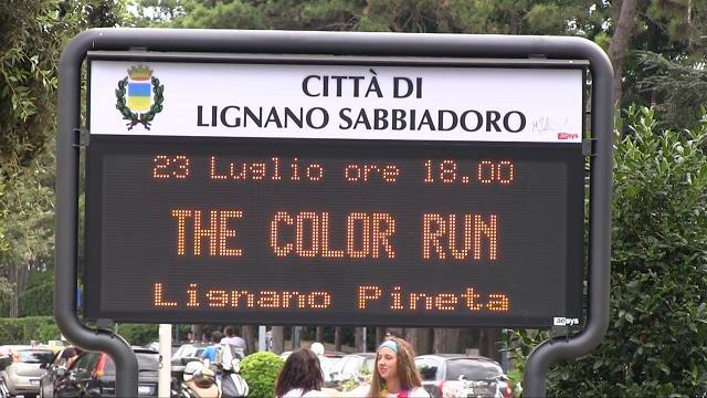 Color run a Lignano, corsa in spiaggia al tramonto