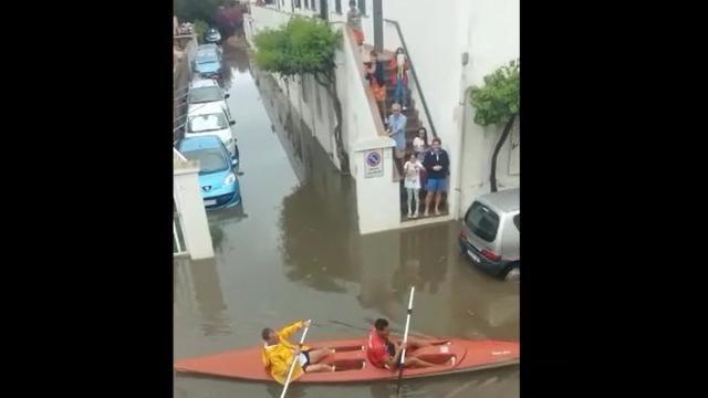 Alghero, in canoa nella strada allagata dal temporale