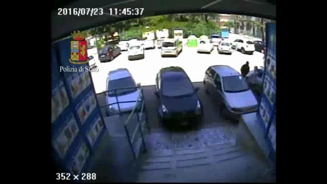 Bari, una 13enne nel commando che rapina il supermercato