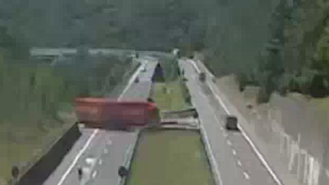 Massa Carrara, tir sull'autostrada: la manovra folle dell'autista