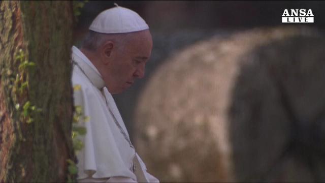 Papa Francesco: ad Auschwitz un lungo momento di silenzio