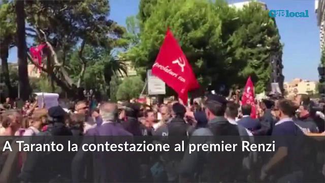 Il premier Matteo Renzi contestato a Taranto