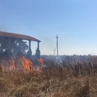 Una casa minacciata dal  fuoco