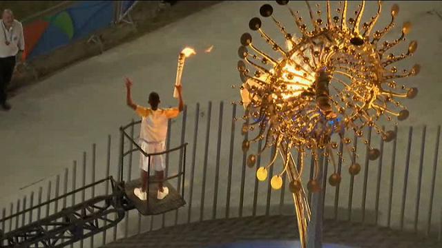 Rio 2016, la fiamma olimpica arde davanti alla chiesa della Candelaria