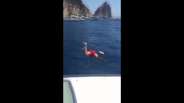 Il tuffo di Milik a Capri
