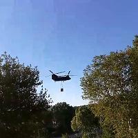 Roma, brucia il parco del Pineto: l'elicottero carica l'acqua del Tevere a Ponte Milvio