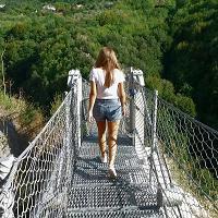 Salerno, un drone sul ponte tibetano sospeso nel vuoto