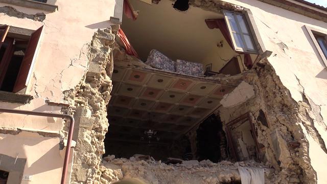 Terremoto. Macerie, lacrime e ricerche: nel paese di  Accumoli devastato dal sisma