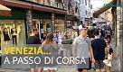 Venezia a passo di carica, i turisti su e giù tra ponti e calli