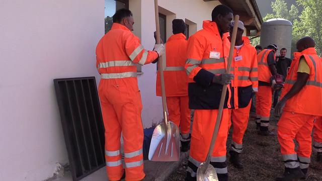 """Terremoto, migranti tra i volontari: """"Noi negli alberghi? Polemica sbagliata"""""""