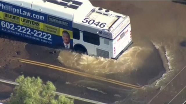 Phoenix: voragine in strada, il bus resta intrappolato