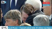 Terremoto, il lungo abbraccio fra Mattarella e il ragazzo in lacrime