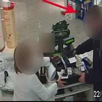 Milano, bimbo in braccio davanti alla cassa non ferma il rapinatore in farmacia