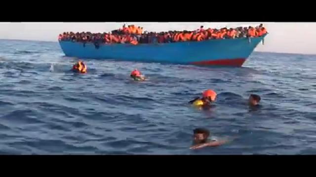 Mediterraneo, migranti si tuffano in mare: tutti in salvo