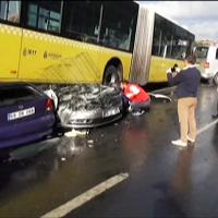 Turchia, spaventoso incidente stradale: bus schiaccia due auto, 11 feriti