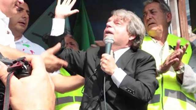 """Sit-in anti Bolkestein, Brunetta dal palco insulta un ambulante: """"Tu sei un cretino"""""""