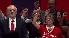 """Corbyn e l'orgoglio Labour: """"Red flag"""" in coro, sul palco con il leader"""