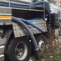 Milano, treno contro il camion incastrato al passaggio a livello: paura per i 200 passeggeri