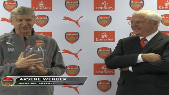 Wenger premiato per i 20 anni all'Arsenal