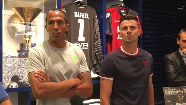 Cagliari, bagno di folla per Alves e Rafael nello Store rossoblù