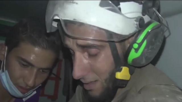 Siria: bimba salvata dalle macerie, le lacrime del soccorritore