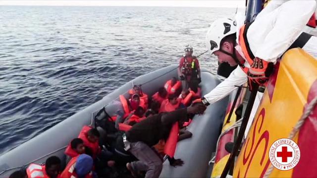 Migranti: in salvo 434 migranti, tra loro 4 donne incinte e 8 bambini