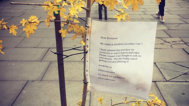 Londra, padre e figlia piantano un albero su Oxford Street