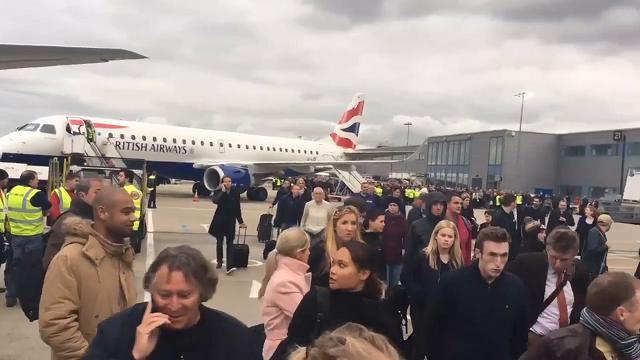 Allarme chimico all'aeroporto di Londra: il momento dell'evacuazione