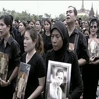 Thailandia: a migliaia in lutto per il Re cantano inno nazionale