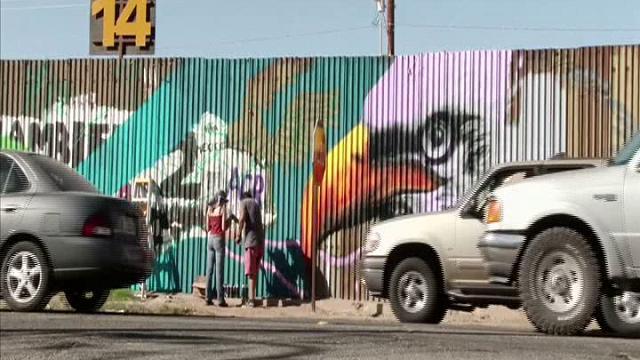 Messico: graffiti colorati per la pace sulla barriera che divide dagli Usa