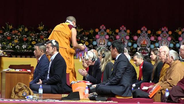 La benedizione del Dalai Lama: in 13mila a Milano, Richard Gere tra i monaci