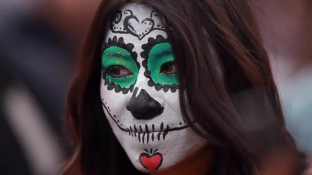 Messico: scheletri e morti viventi, la parata è benefica
