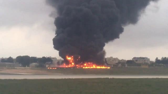 Malta, precipita aereo in fase di decollo: l'intervento dei vigili del fuoco