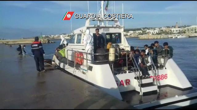 Salento, in cento stipati sulla barca a vela: il soccorso dei migranti