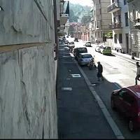 """Torino, """"strappo"""" e vittima a terra: così il bandito della collina assaltava le donne"""