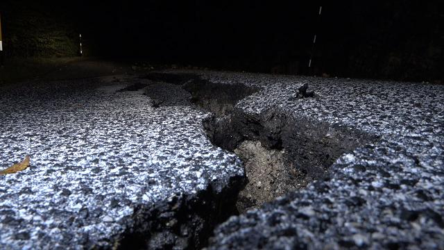 Ussita, la strada squarciata dal terremoto