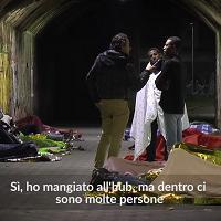 Profughi, gremiti i centri di Milano: donne e malati al caldo, gli altri dormono sotto i ponti