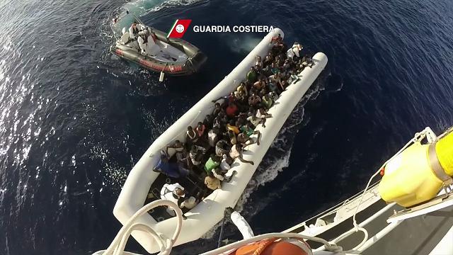 Il gommone pieno di migranti soccorso dalla guardia costiera nel Canale di Sicilia