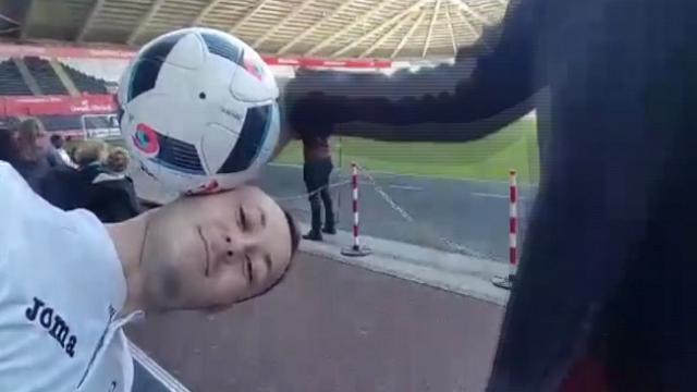 Il freestyler si esibisce con il pallone, Mourinho glielo fa cadere