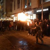 """Bari,  per il mangiafuoco stop dai vigili: """"Non può macchiare la strada con il gasolio"""""""
