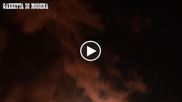 Incendio attorno al centro commerciale Il Globo, brucia il magazzino ...