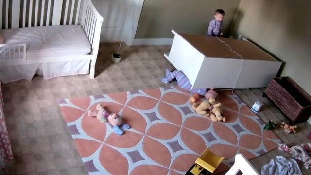 Usa, lo sforzo eroico del bimbo: salva il gemello di 2 anni