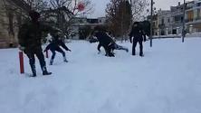 Bari, sulla neve il remake della scena cult di Tre uomini e una gamba